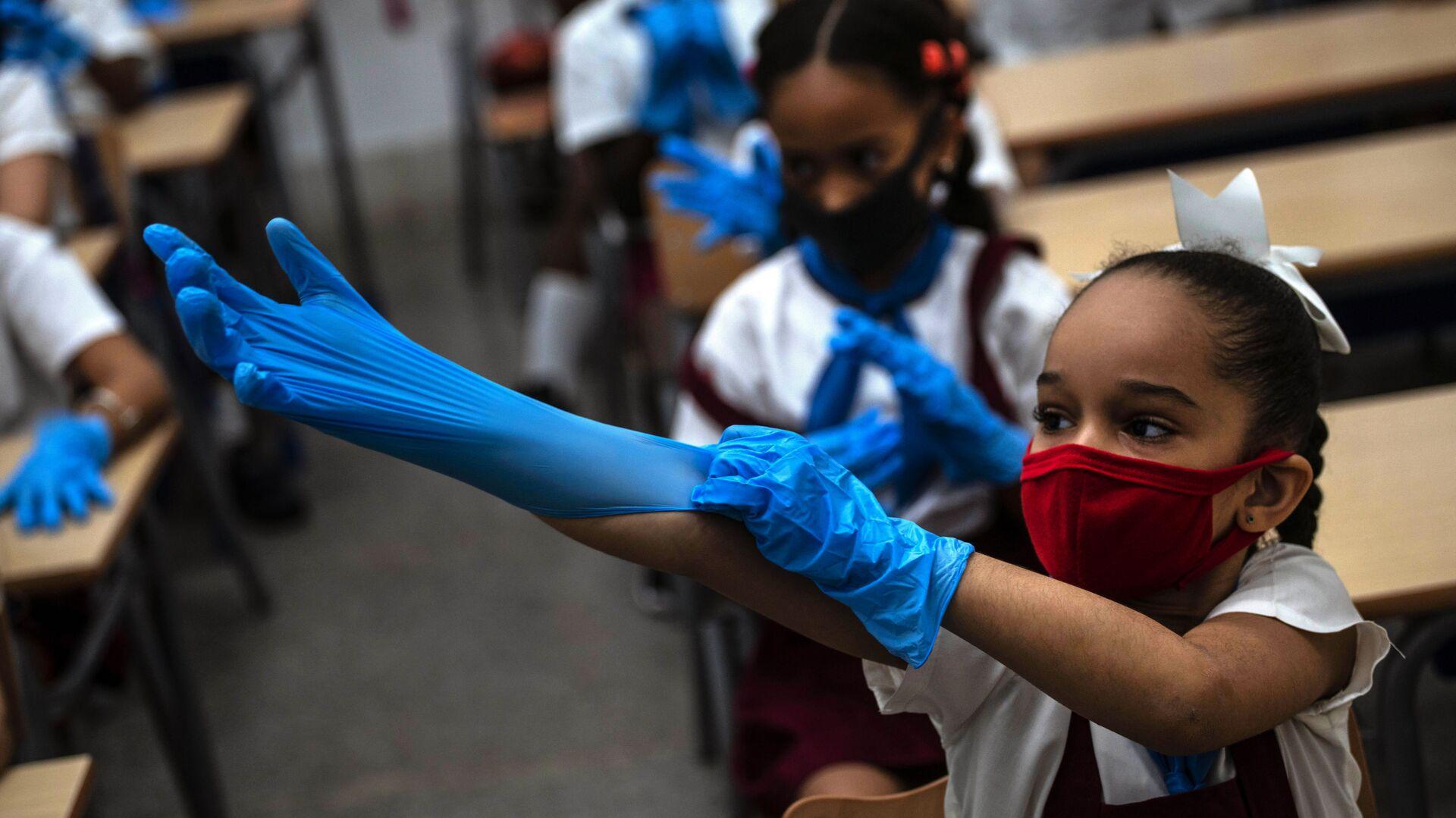 Ученица школы в защитных перчатках и маске в школе, Гавана  - Sputnik Mundo, 1920, 22.07.2021