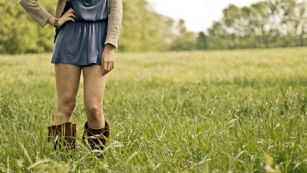 Imagen referencial de una chica vestida con falda - Sputnik Mundo