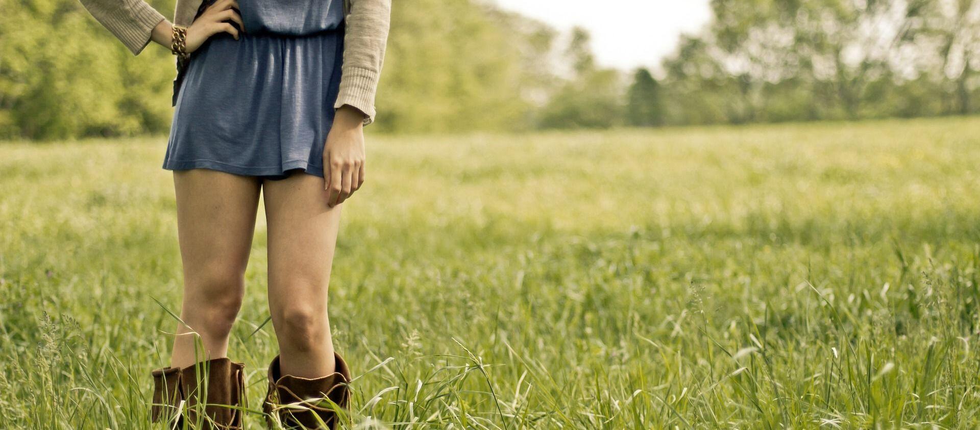 Imagen referencial de una chica vestida con falda - Sputnik Mundo, 1920, 06.11.2020