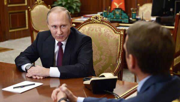 Vladímir Putin, presidente de Rusia, y Serguéi Narishkin, jefe del Servicio de Inteligencia Exterior del país (archivo) - Sputnik Mundo