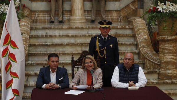 Los titulares de Gobierno de Bolivia, Arturo Murillo, y de Defensa, Luis Fernando López, con la presidenta transitoria Jeanine Áñez (archivo) - Sputnik Mundo