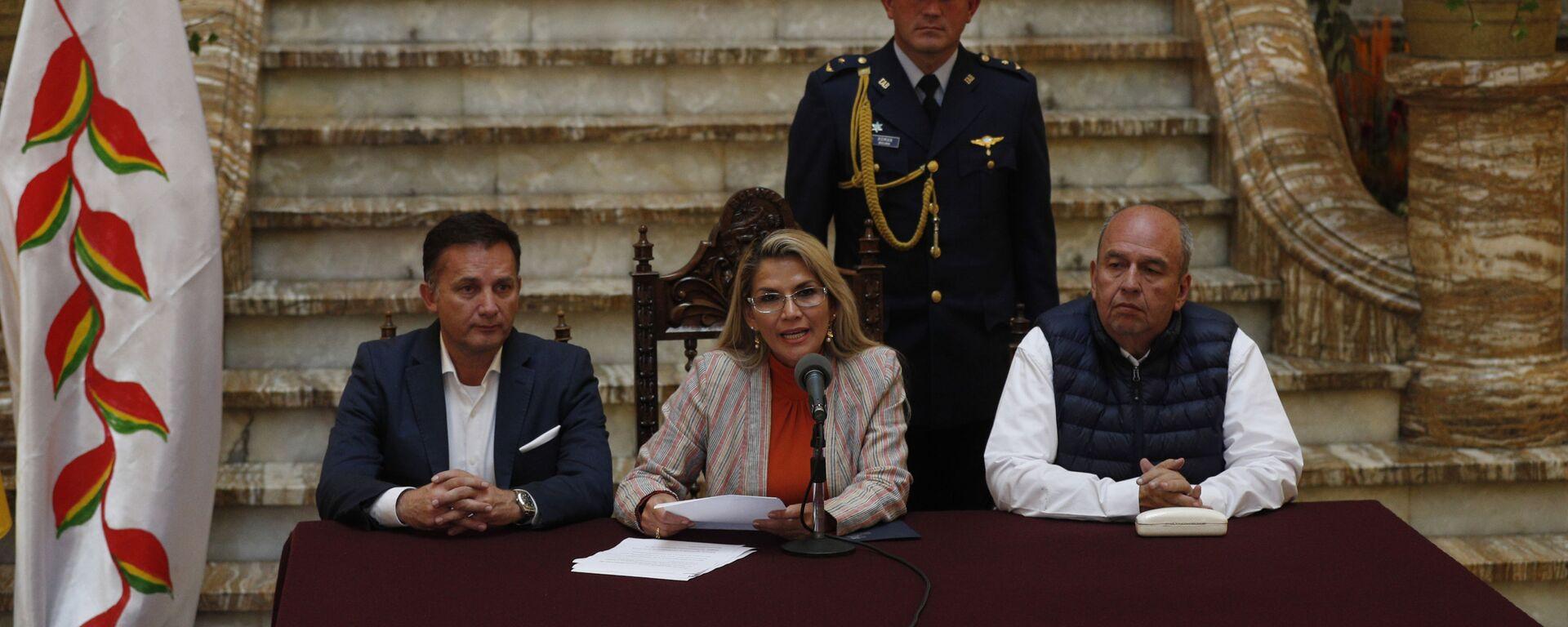 Los titulares de Gobierno de Bolivia, Arturo Murillo, y de Defensa, Luis Fernando López, con la presidenta transitoria Jeanine Áñez (archivo) - Sputnik Mundo, 1920, 28.05.2021