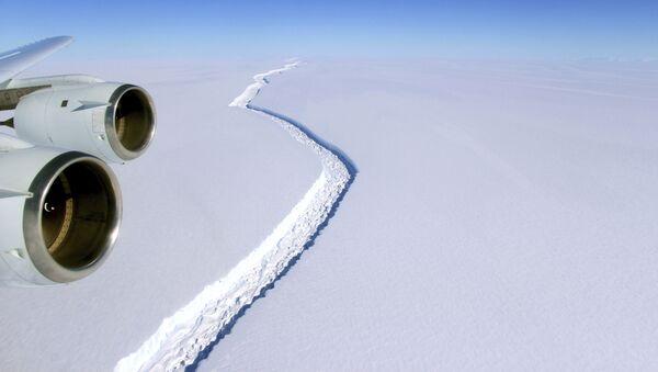 Una grieta en la plataforma de hielo Larsen C de la península Antártica - Sputnik Mundo