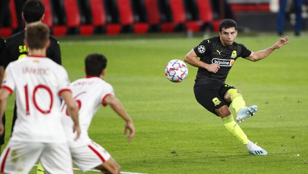 Magomed-Shapí Suleimánov, futbolista del FC Krasnodar realiza un tiro libre conra el Sevilla - Sputnik Mundo