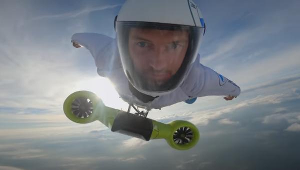 Peter Salzmann en un traje de alas alimentado por BMW - Sputnik Mundo