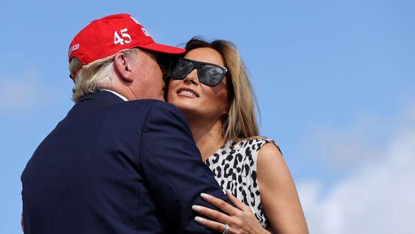 Donald Trump, presidente de EEUU, besa a su esposa, Melania  - Sputnik Mundo