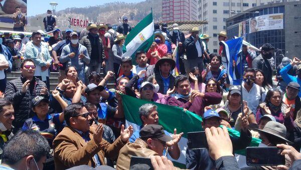 Partidarios de de Luis Arce enn la plaza San Francisco de La Paz - Sputnik Mundo