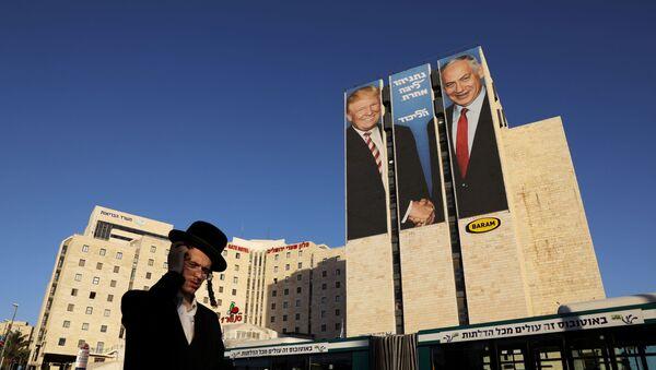 Una pancarta con imágenes de Donald Trump y Benjamín Netanyahu - Sputnik Mundo