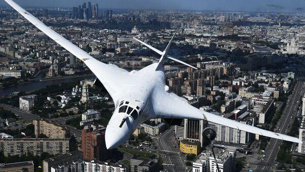 Un bombardero estratégico Tu-160 en un desfile militar en Moscú (archivo) - Sputnik Mundo