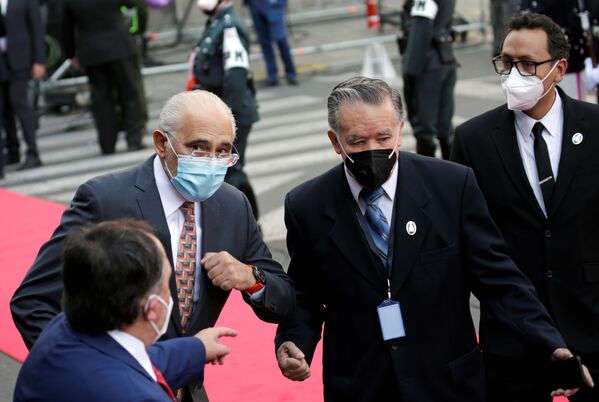 El expresidente y candidato a la presidencia por el partido Comunidad Ciudadana (CC) Carlos Mesa asiste a la toma de posesión - Sputnik Mundo