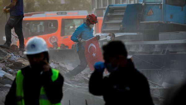 Retiro de los escombros tras el sismo en la provincia turca de Esmirna - Sputnik Mundo