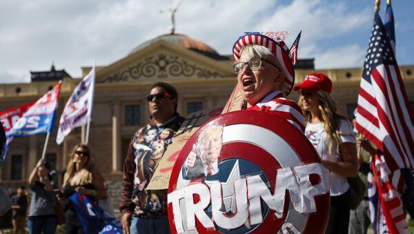 Сторонники президента США Дональда Трампа на акции протеста Stop the Steal в Фениксе, США - Sputnik Mundo