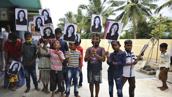 Niños con retratos de Kamala Harris, vicepresidenta electa de EEUU, en Thulasendrapuram, la India - Sputnik Mundo