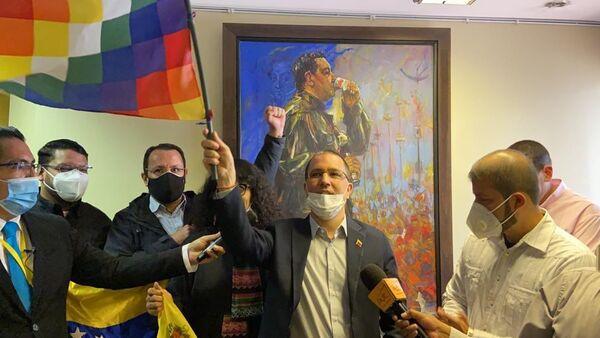 La misión diplomática venezolana celebra el retorno a la Embajada de su país en Venezuela tras la investidura Luis Arce - Sputnik Mundo