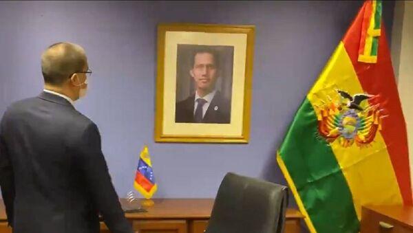 El canciller de Venezuela, Jorge Arreaza, frente al retrato de Juan Guaidó en la Embajada de Venezuela en Bolivia - Sputnik Mundo