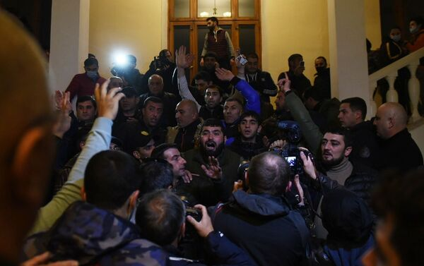Los manifestantes en el edificio del Parlamento en Erevan - Sputnik Mundo