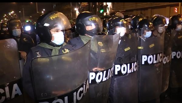 Cientos de peruanos protestan contra la destitución del presidente Martín Vizcarra - Sputnik Mundo