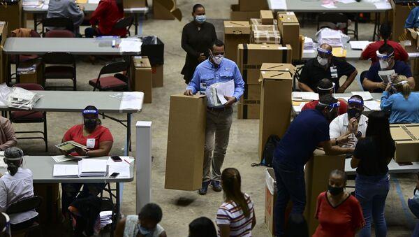 Maletines con las papeletas de las elecciones generales de Puerto Rico 2020 - Sputnik Mundo