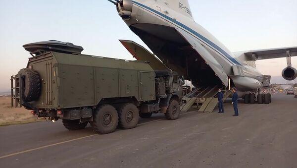 Las fuerzas de paz rusas para Nagorno Karabaj en el aeródromo en Armenia - Sputnik Mundo