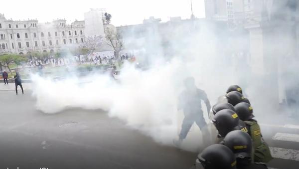 La Policía de Perú dispersa a los protestantes con gas lacrimógeno y cañones de agua - Sputnik Mundo