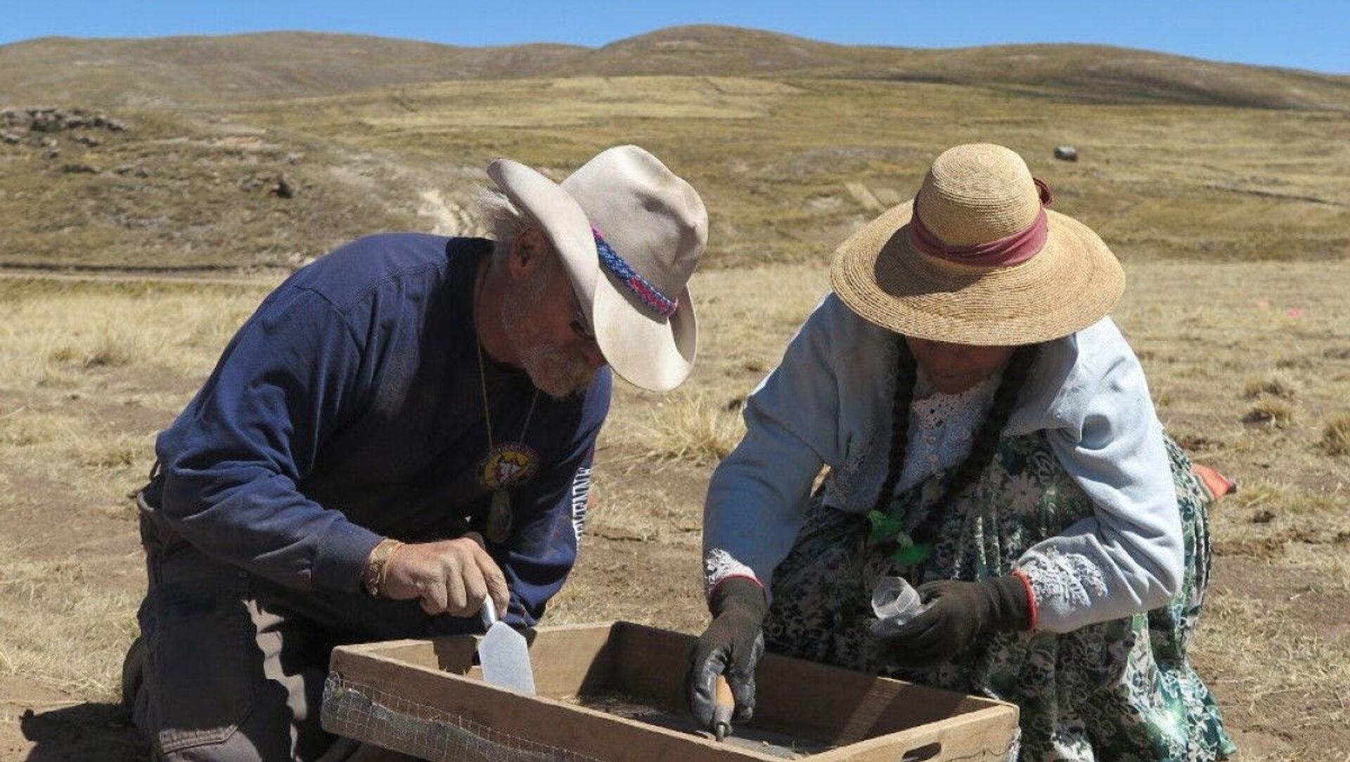 Arqueólogos en el Wilamaya Patjxa en Perú, donde se hallaron los restos de 9.000 años de una mujer cazadora - Sputnik Mundo, 1920, 12.11.2020