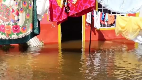 Fuertes inundaciones azotan la ciudad mexicana de Las Choapas - Sputnik Mundo