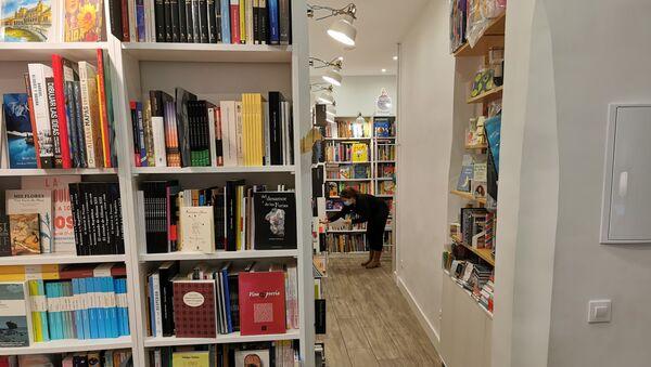 Trabajadora en la librería Reno (Madrid) - Sputnik Mundo