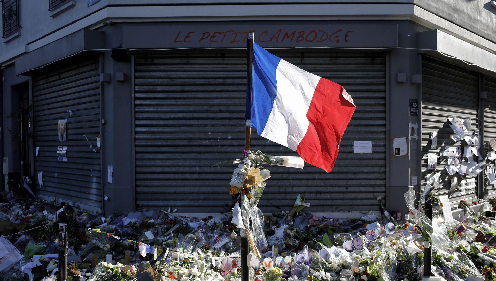 Una bandera francesa en el sitio del ataque terrorista en París en 2015 - Sputnik Mundo, 1920, 13.11.2020