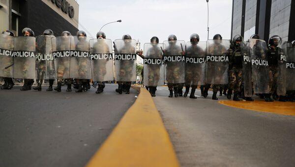 La Policía durante las protestas en Perú - Sputnik Mundo