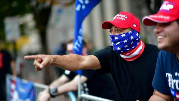 Los partidarios de Donald Trump, el día después de que se convocara una victoria para Biden en las elecciones presidenciales, Pensilvania, EEUU. - Sputnik Mundo