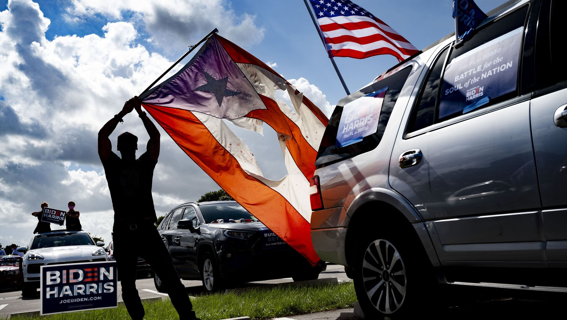 Un hombre con las banderas de Puerto Rico y EEUU - Sputnik Mundo, 1920, 13.11.2020