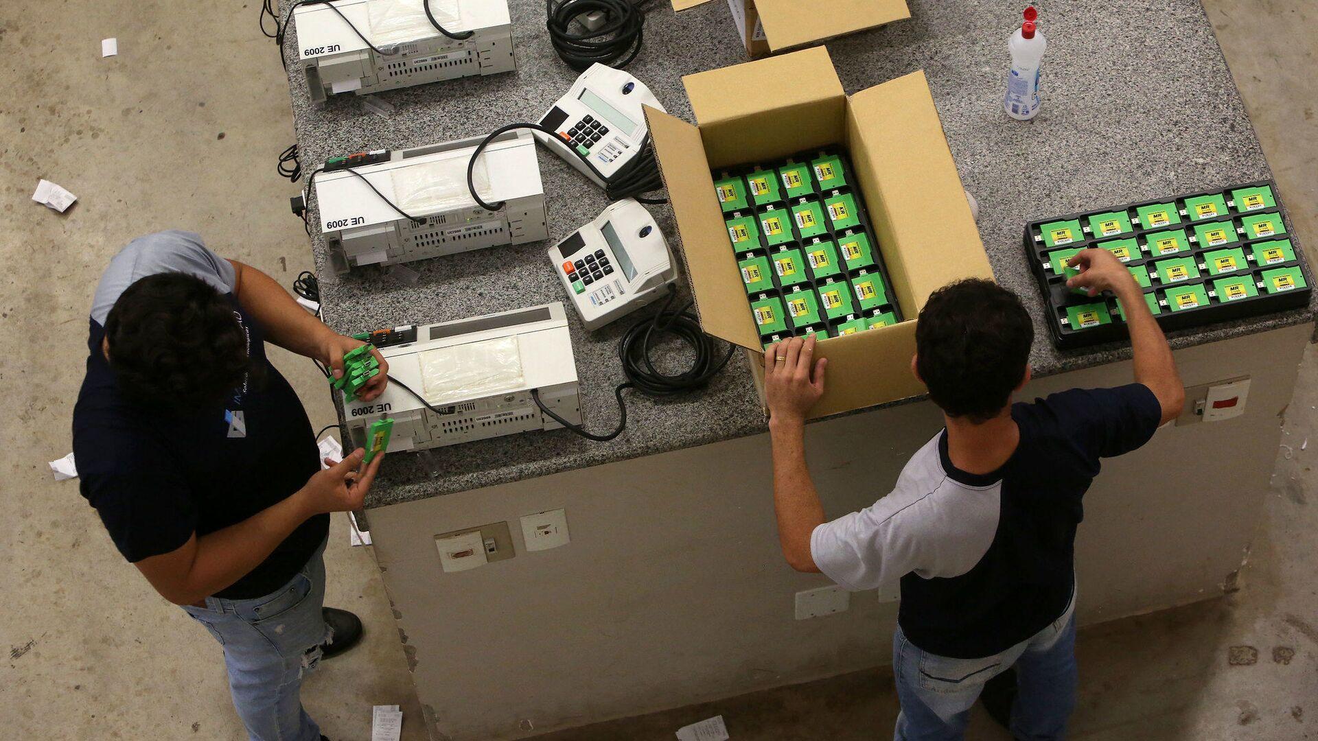 Trabajadores electorales preparan las urnas electrónicas en Brasil para las elecciones municipales del domingo - Sputnik Mundo, 1920, 12.08.2021