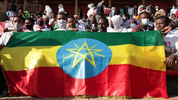 Voluntarios etíopes con la bandera nacional se reunen para donar su sangre a los soldados etíopes heridos - Sputnik Mundo