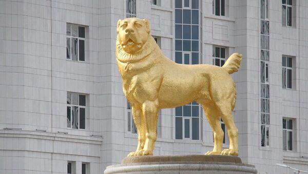 La estatua gigante de oro en honor al perro alabai en Turkmenistán  - Sputnik Mundo