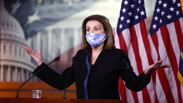 La presidenta de la Cámara de Representantes de EEUU, Nancy Pelosi, durante la conferencia de prensa semanal en el Capitolio en Washington, EEUU, el 13 de noviembre. - Sputnik Mundo