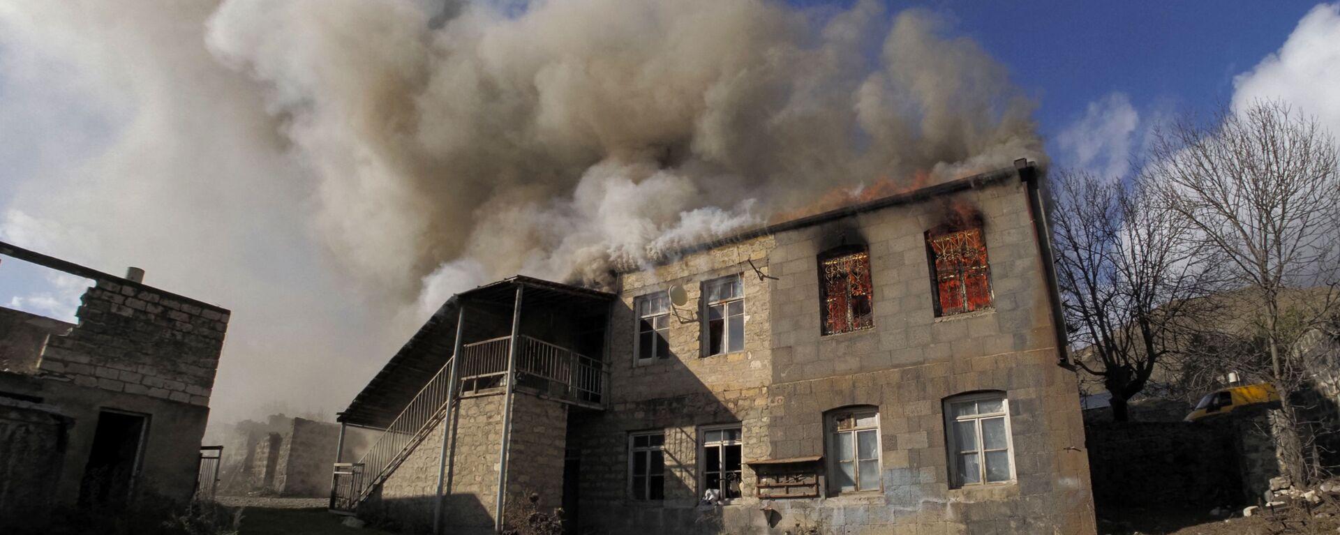 Una casa en llamas en la región de Kalbajar, Nagorno Karabaj - Sputnik Mundo, 1920, 24.06.2021