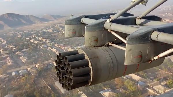 Los helicópteros Mi-8 y Mi-24 rusos escoltan las caravanas militares en Nagorno Karabaj - Sputnik Mundo