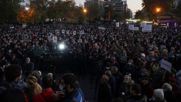 Las protestas en Armenia tras el acuerdo de paz de Nagorno Karabaj  - Sputnik Mundo