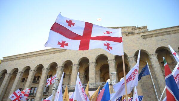 Banderas de Georgia en frente del parlamento (archivo) - Sputnik Mundo