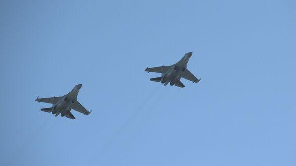 Unos cazas Su-35 sobrevuelan San Petersburgo (archivo) - Sputnik Mundo