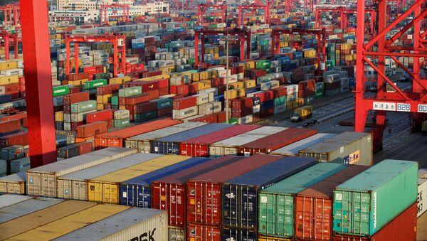 Contenedores en el puerto de Shanghái, China - Sputnik Mundo