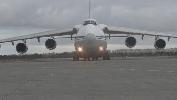 Así los aviones rusos An-124 entregaron blindados a la capital armenia - Sputnik Mundo