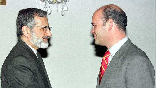Fernando Villalonga (derecha) estrechando la mano con el ya exministro de Asuntos Exteriores de Irán Kamal Kharazi (izquierda) - Sputnik Mundo
