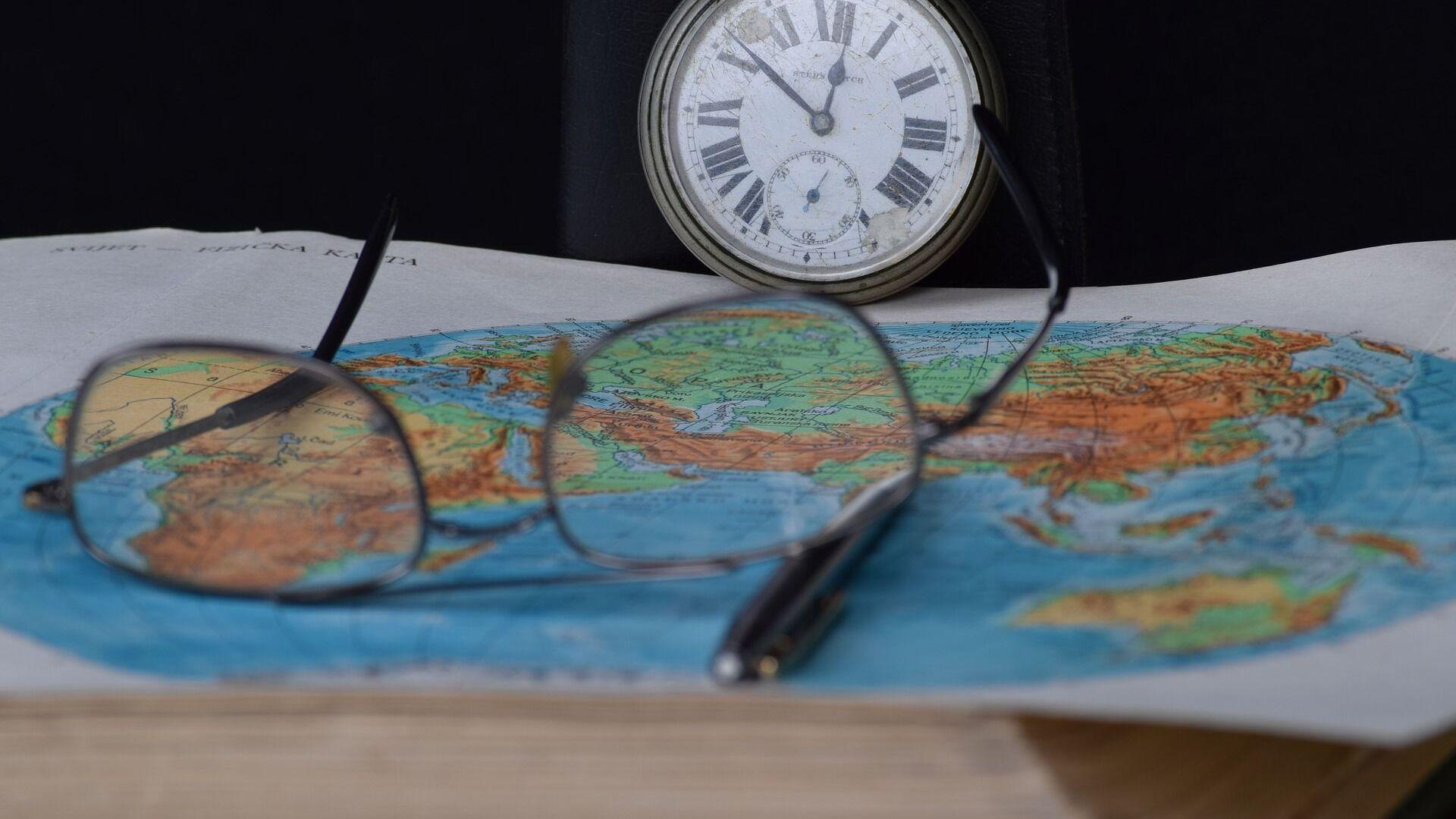 Unas gafas en un mapa del mundo (imagen referencial) - Sputnik Mundo, 1920, 16.11.2020