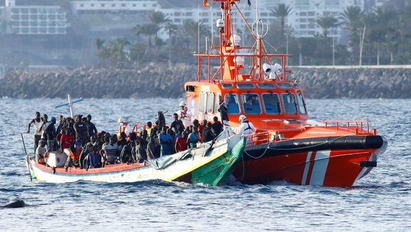 Ciento veintinueve migrantes son rescatados por un buque guardacostas español en el puerto de Arguineguín. 2 de noviembre de 2020 - Sputnik Mundo