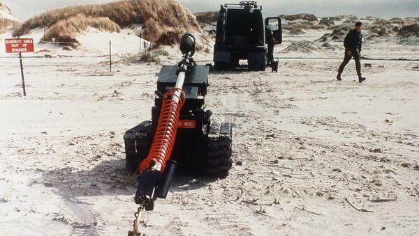 Un robot examina una mina en las Islas Malvinas en 1985 - Sputnik Mundo
