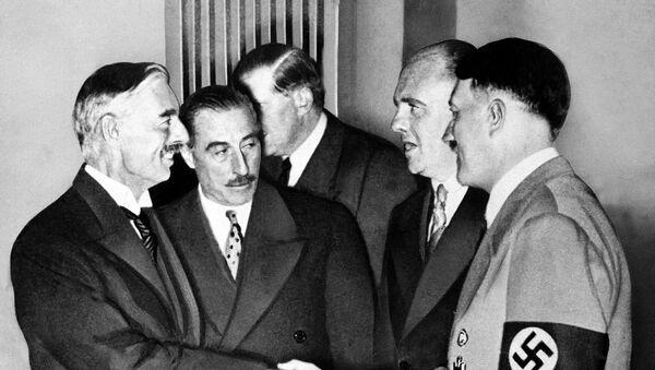 Adolf Hitler y el primer ministro del Reino unido, Neville Chamberlain, en Munich el 30 de septiembre de 1938 - Sputnik Mundo