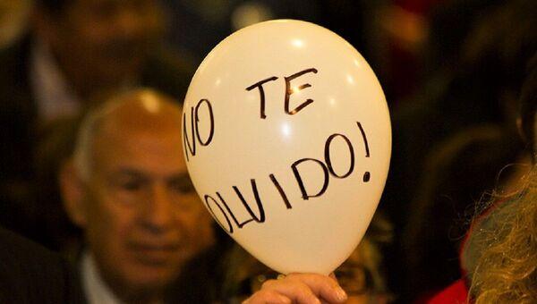 Mujer sostiene globo con la frase No te olvido - Sputnik Mundo
