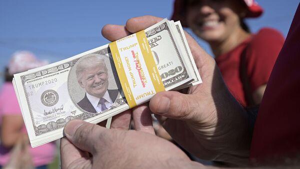 Billetes falsos de dólares con la cara del presidente de Estados Unidos, Donald Trump - Sputnik Mundo