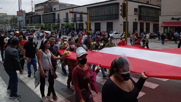 Manifestantes llegan a las puertas del Congreso de Perú para repudiar la represión y la muerte de dos jóvenes  - Sputnik Mundo